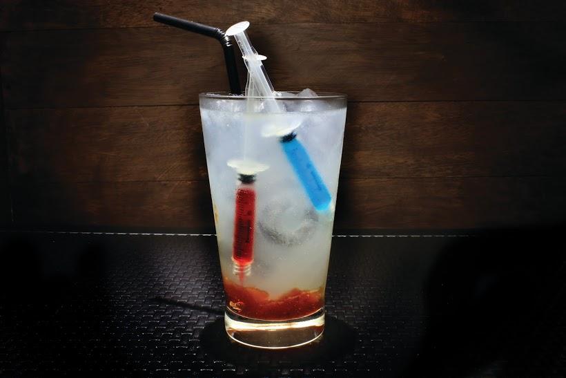 5uinto 3D (Vodka c/ geléia de morango, seringas de curaçau blue e xarope de grenadine).