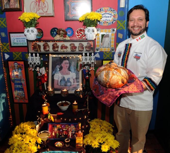 Chef David Lechtig e o Pan de Muertos. Foto: Carlos Moura.