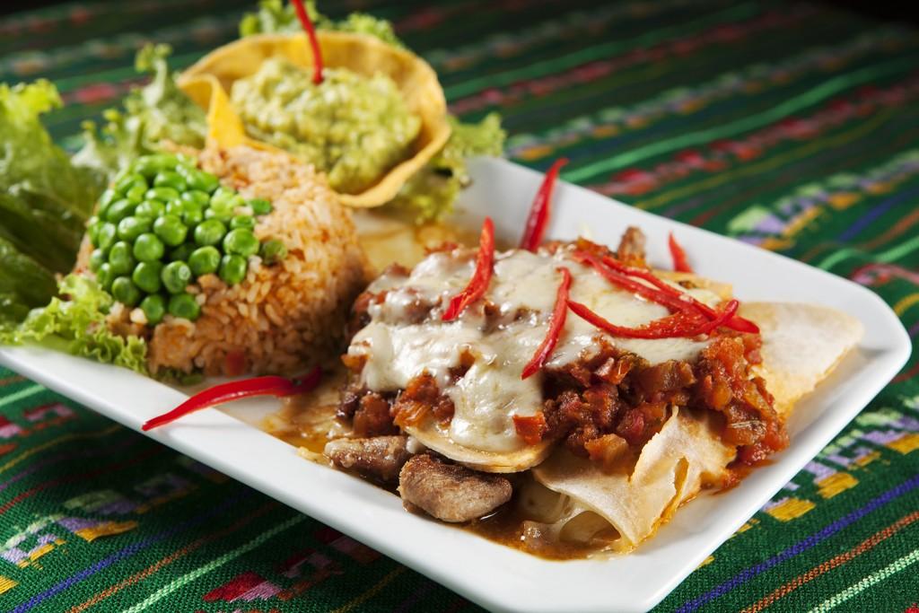 Enchiladas de Puerco (Tortilhas de trigo recheadas com pernil assado e cobertas com molho levemente picante e queijo. Para acompanhá-las, arroz mexicano e guacamole (R$ 49,90).
