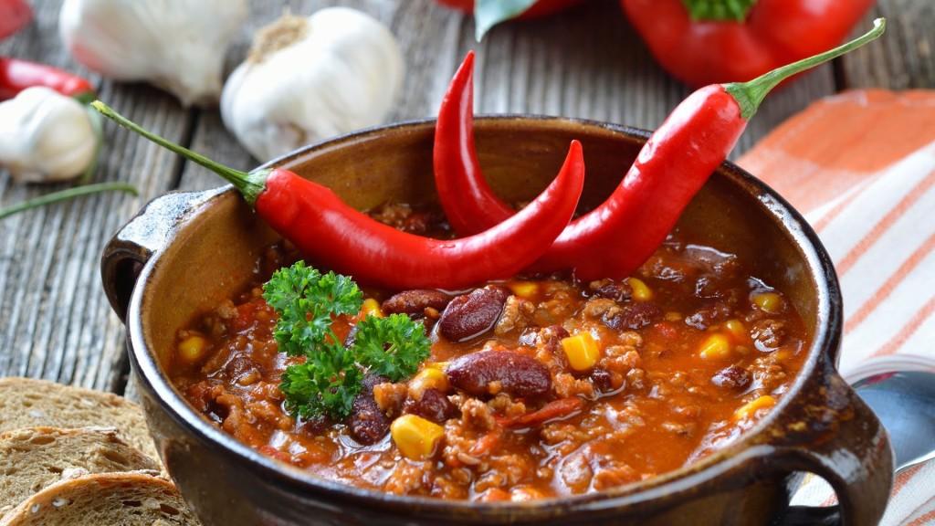 Pozole con salsa roja.