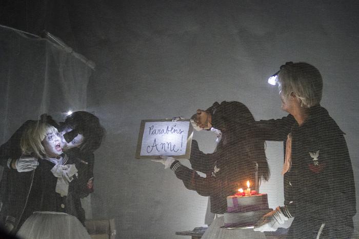As estrelas cadentes do meu ceu sao feitas de bombas do inimigo - Paula arruda, Pedro Guilherme, Mariana Leme e Carlos Baldim por Isabelle Neri 5p