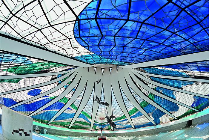 Vitrais da Catedral Metropolitana de Brasília. Foto: Breno Laprovítera e Jarbas Jr. Divulgação.