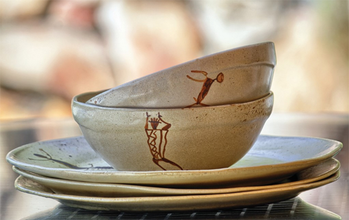 Linha Rupestra em cerâmica, de Cristiane Dias.