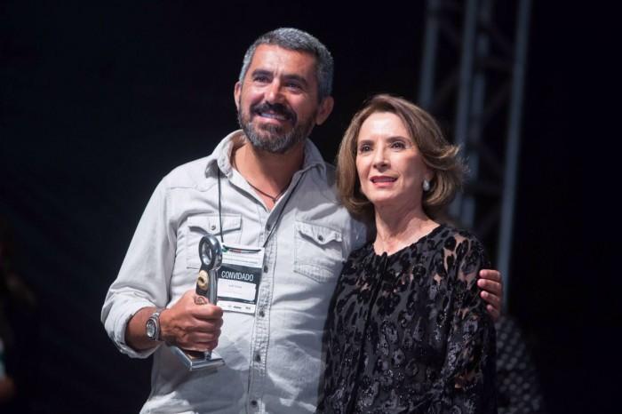 """Mario Branquinho, da Green Film Network, representou o diretor de """"La Supplication"""", ao lado da Secretária de Educação, Cultura e Esporte, Raquel Teixeira."""